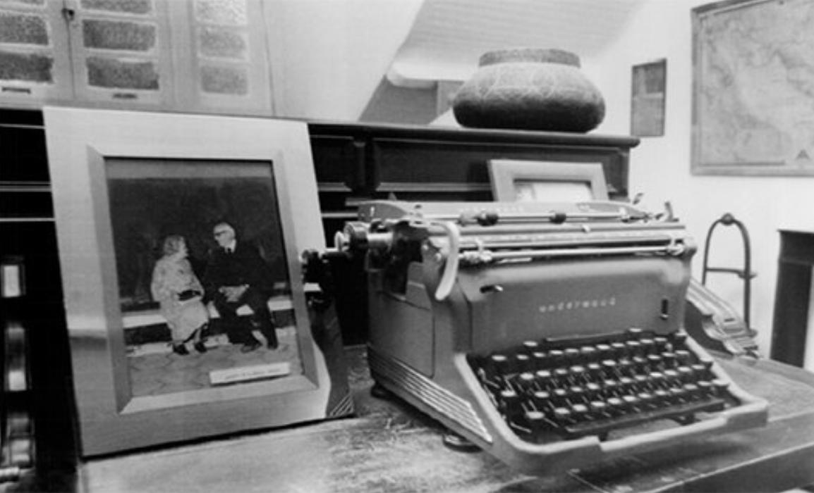 Mesa de trabalho de Alceu Amoroso Lima. No porta-retratos, Alceu e sua esposa Maria Teresa (Foto: Acervo CAALL)